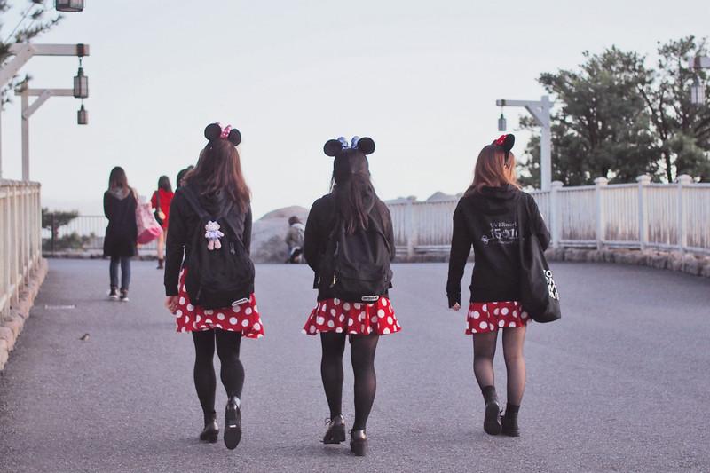 girls in tokyo disneyland