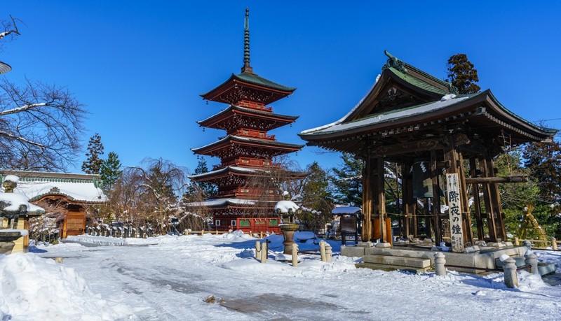 hirosaki saishoin temple con la nieve