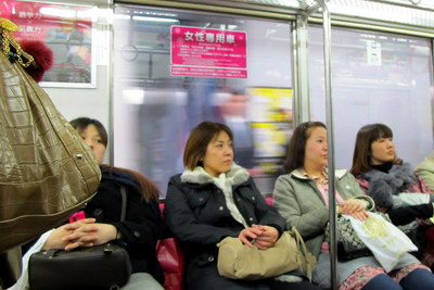 women only car en un tren japones